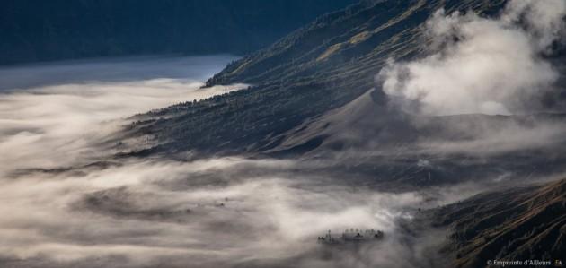 Temple hindou au pied du volcan