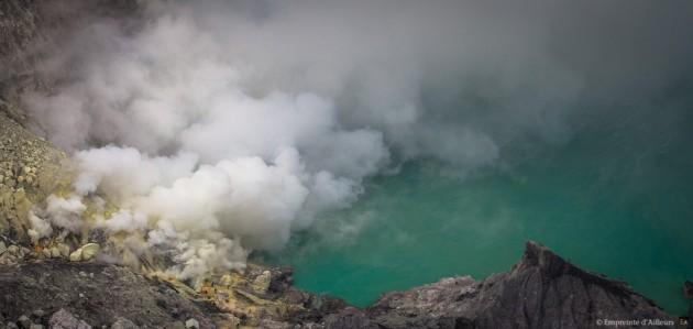 Cratère du Kawah Ijen, eau turquoise et soufre